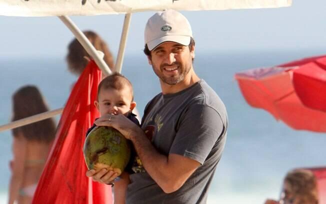 Eriberto Leão e o filho João, de 5 meses