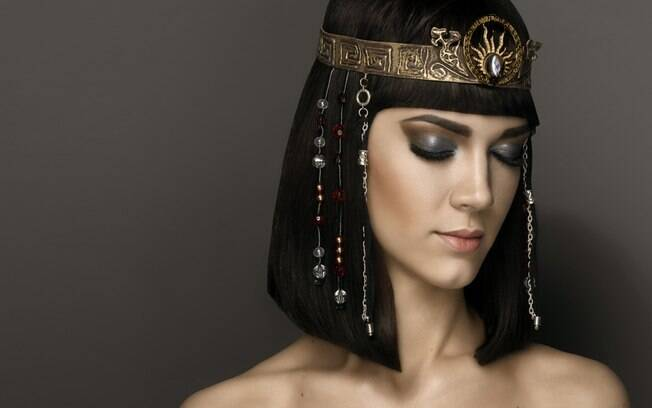 Um dos segredos da fantasia de Cleópatra e fazer uma maquiagem marcante
