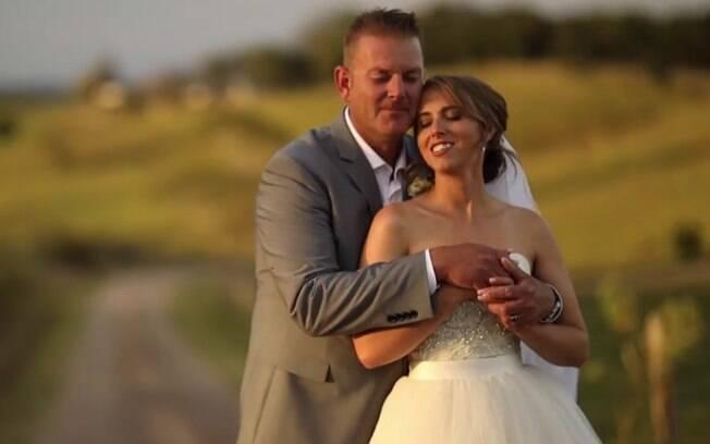 Festa de casamento de casal com noiva cega propõe que convidados usem vendas para terem a mesma experiência que ela