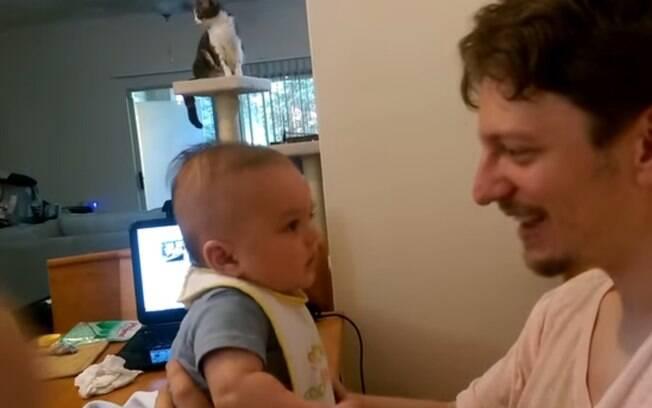 Em outro caso de bebê que começa a falar, bebê repete palavras ditas pelo pai e se declara: