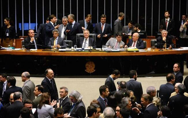 Senadores reunidos para a votação que aprovou uma das práticas que embasaram processo contra Dilma Rousseff