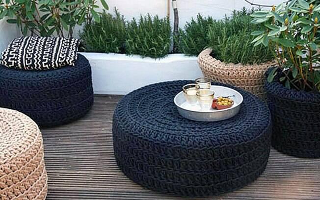 mobiliario de jardim em rattan sintetico:Pneus antigos receberam capas de crochê e viraram pufes de jardim