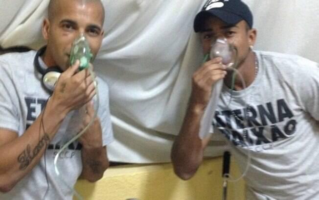 Emerson e Jorge Henrique usam máscaras de  oxigênio antes da partida do Corinthians contra o  San José, em Oruro, a mais de 3.700m de altitude