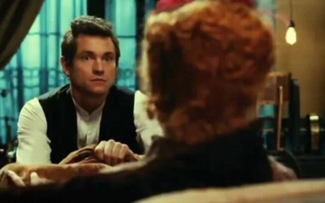 No filme, o médico bonitão faz terapia com vibrador para acalmar moças e senhoras