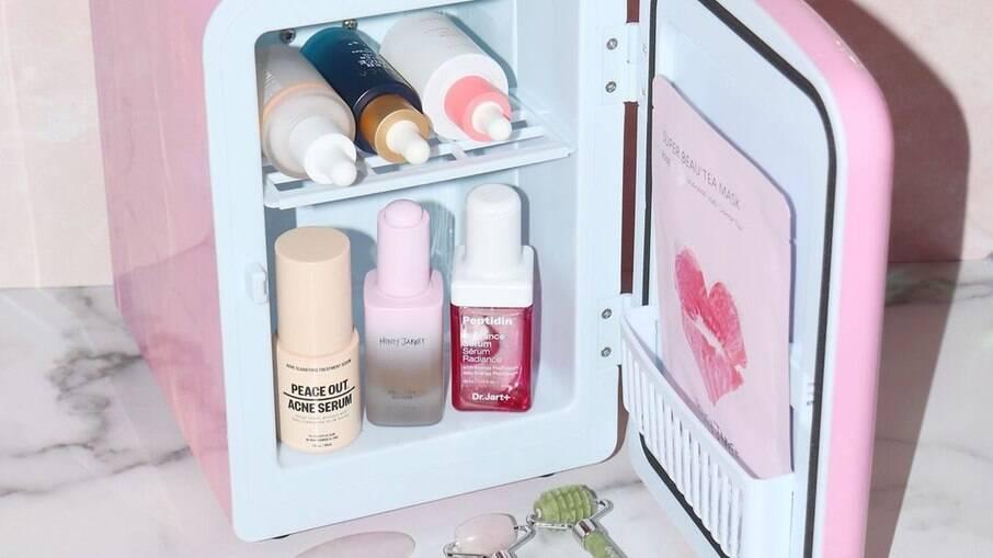 Produtos armazenados na geladeira de skincare ficam refrigerados e ao abrigo da luz