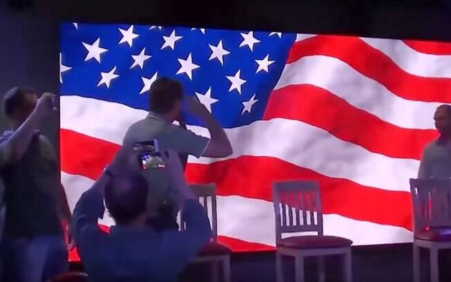 Saudação de Bolsonaro à bandeira dos EUA foi explorada em texto divulgado pelo PT