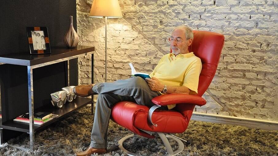 Percival Lafer - um empresário no ramo da construção de móveis – decidiu fabricar um carro fora-de-série