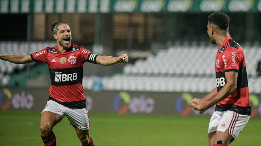 Diego celebra com Rodrigo Muniz, autor do gol da vitória do Flamengo