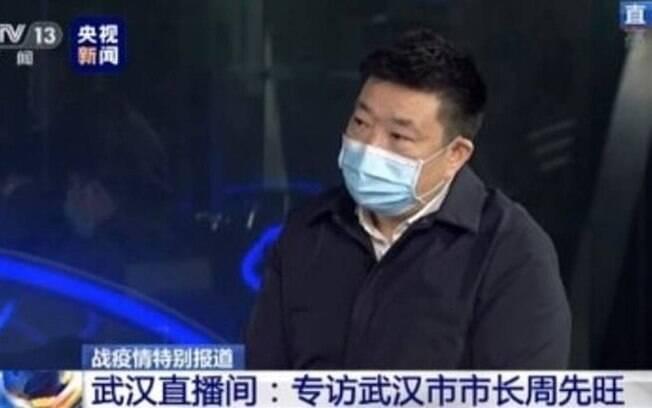 O prefeito de Wuhan, Zhou Xianwang, durante entrevista à emissora estatal chinesa