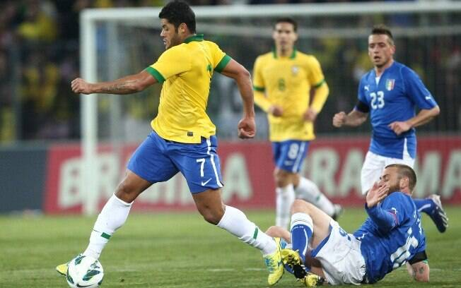 Hulk escapa de carrinho do volante De Rossi  no amistoso entre Brasil e Itália