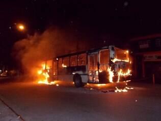 Imagem mostra ônibus incendiado na avenida Yervant Kissajikian, região da Vila Joaniza, zona sul de São Paulo (SP), nesta terça-feira (8)  Foto: Alexandre Serpa/Futura Press/Folhapress