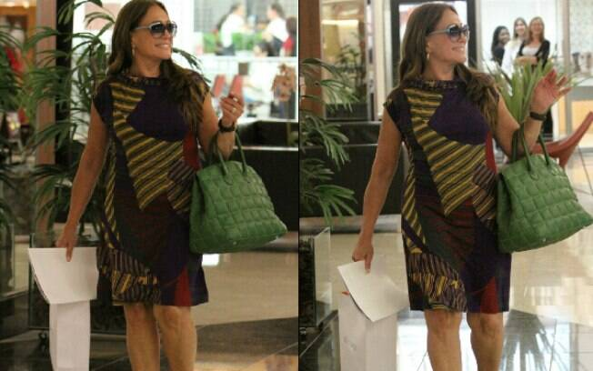 Susana Vieira distribui sorrisos em shopping