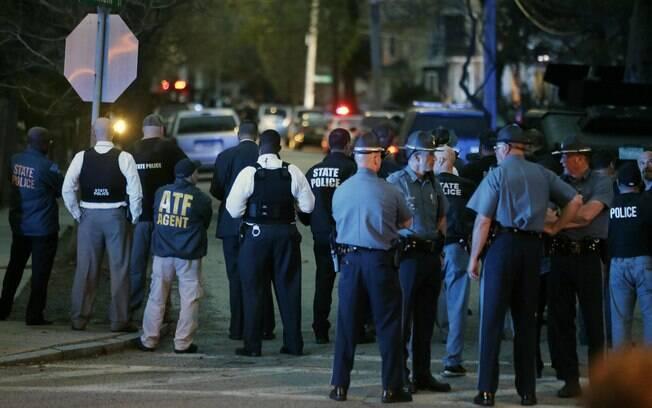 Policiais são vistos durante cerco a suspeito por ataque em Boston
