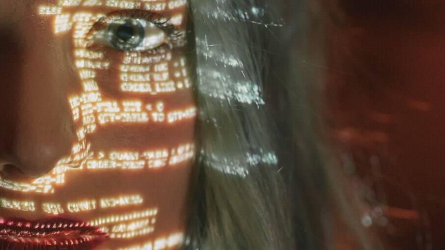 Mulheres vítimas de crimes digitais de seus parceiros contam como descobriram; veja como se proteger
