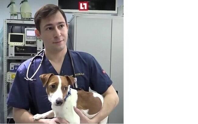 Cirurgião com o cachorro da família após a operação