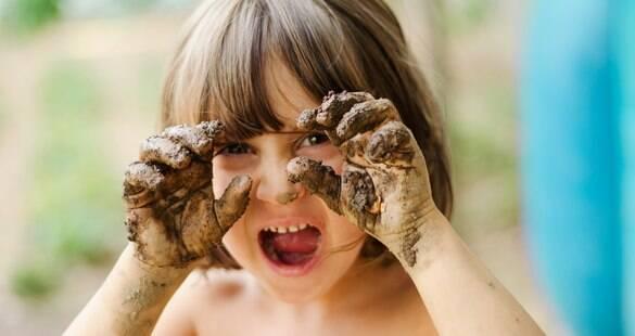 Deixe seu filho de sujar! Sujeira pode fazer bem à saúde dos pequenos