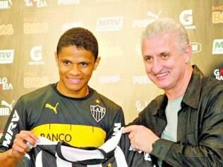 Confiante. Douglas Santos foi apresentado pelo diretor de futebol Eduardo Maluf e mostrou otimismo