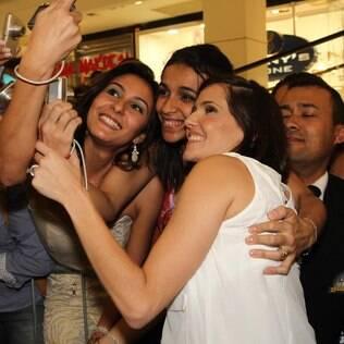 Deborah Secco tira foto com fãs