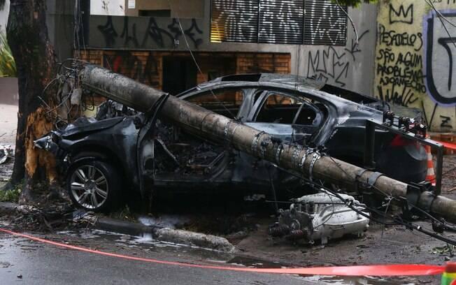 Carro derruba poste e passageiro morre carbonizado em São Paulo