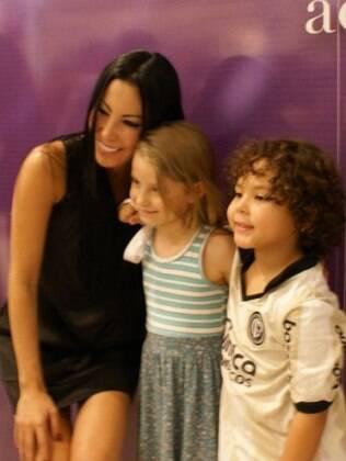 Michele Umezu com modelo infantil e o filho Alex, em evento de moda