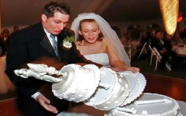 Esses noivos tiveram dificuldade para lidar com um bolo de vários andares