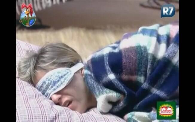 Anna Markun se mexe ao dormir, aparentando sentir dor
