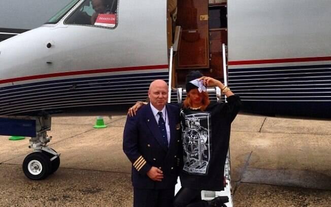 Rihanna publica foto ao lado do piloto do jatinho que foi para Londres, na Inglaterra