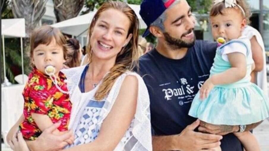 Luana Piovani e dois de seus filhos com Pedro Scooby