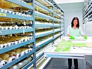 Pesquisadora. Julie Brown com peças da coleção de materiais têxteis arquivos no museu de Denver