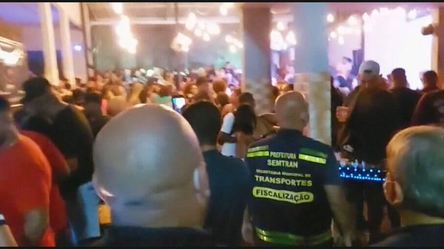 Prefeitura de São Gonçalo fecha casa de show com mais de mil pessoas