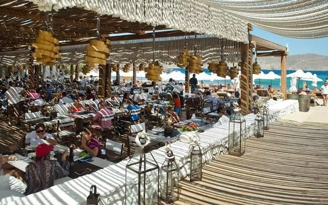 Beach Club Principauté é um dos lugares mais populares da ilha e lá você pode provar o melhor da comida mediterrânea