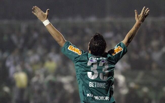 Betinho comemora gol do Palmeiras que esfriou a reação do Coritiba. Foto   Gazeta Press 1cc7cffc493a8