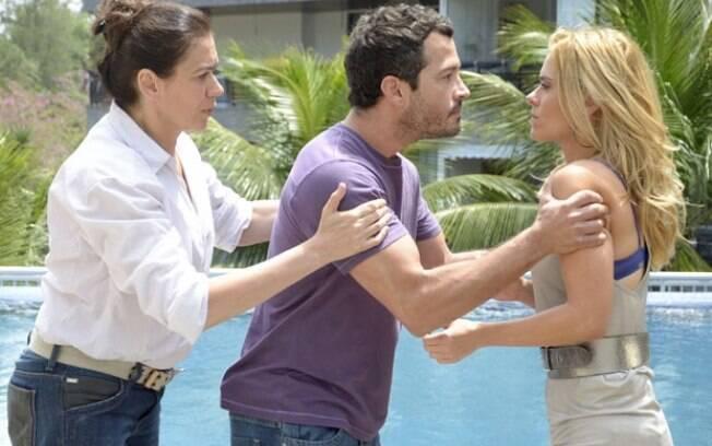 Griselda tenta conter a fúria de Quinzé pois sabe que ele ainda gosta de Teodora
