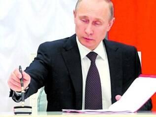 Oficial. Putin assinou o tratado de anexação da Crimeia em cerimônia transmitida em rede nacional