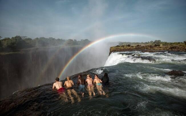 Devil's Pool fica no Zimbábue e é uma opção para o turista que gosta de aventura, pois a piscina fica a 100 metros do chão