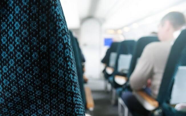 A coordenadora de comissários de bordo recomenda sentar na parte dianteira do avião para evitar enjoo