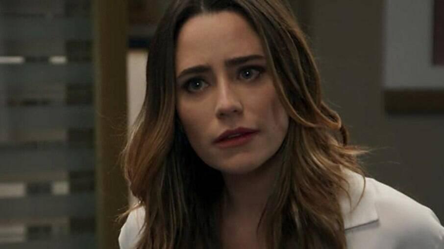 Camila consegue enganar Bruna para ter acessos aos arquivos de Giovanni