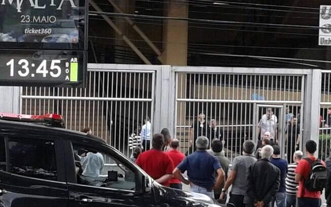 Em São Paulo, portões de escola onde aconteceu concurso para promotoria fecharam antes do horário