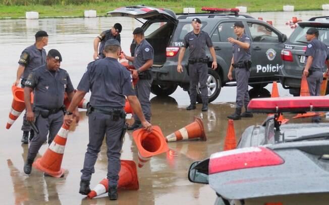 Policiais de ROTA usando cones para demarcar os percursos a serem executados nas estações de treinamento. Repare que os PMs que usam o Braçal de couro preto (parte superior do braço direito) e a boina negra, são considerados Policiais de ROTA em missão ativa.