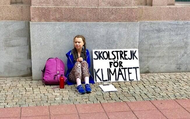 Greta Thunberg com placa