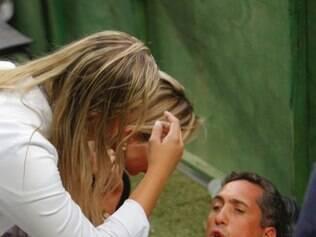 ESPORTES BH MG: LANCES DA PARTIDA ENTRE CRUZEIRO X ATLETICO MINEIRO VALIDA PELA 6 RODADA DO CAMPEONATO MINEIRO 2015. NA FOTO: Fotografo atingido por bomba jogada por torcedor durante jogo  FOTOS: DENILTON DIAS / O TEMPO / 08.03.2015