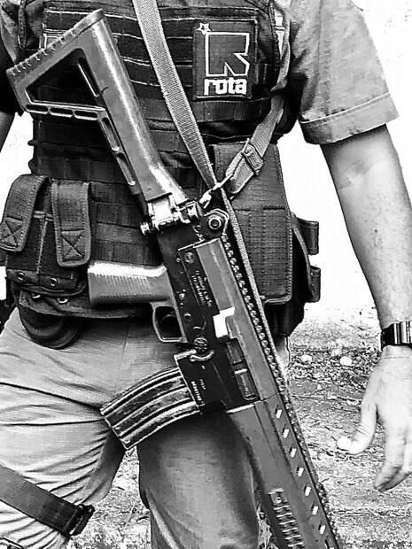 Policial de ROTA com seu colete tático