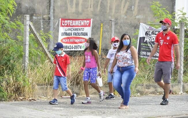 Moradores caminham na região do Ouro Verde.