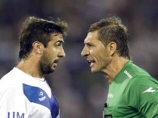 Lucas Pratto, do Vélez, é advertido por Pitana em jogo do campeonato argentino, em 2012