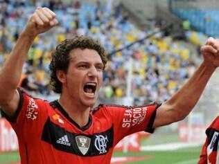 Em cobrança de falta, Elano fez o gol de empate do Flamengo no clássico
