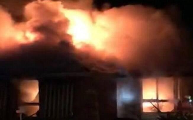Incêndio deu perda total na casa e família foi posta em abrigo temporário