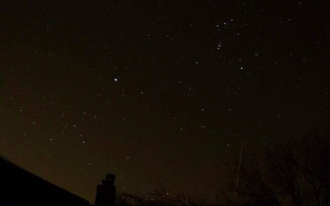 Karen Parish enviou esta foto da chuva de meteoros, tirada do quintal de sua casa, em Northampton, Grã-Breanha. Foto: Karen Parish /BBC