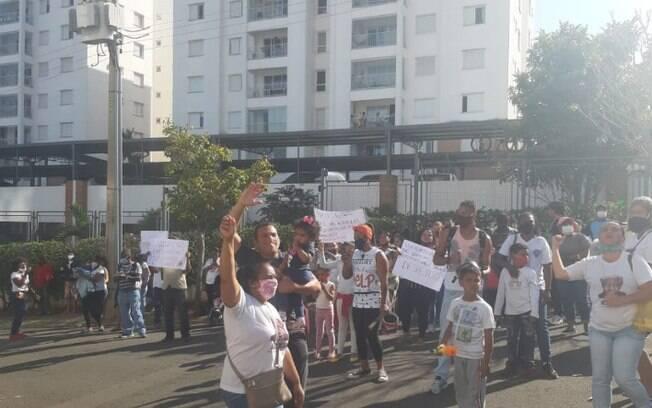 Moradores da Ocupação Mandela protestaram em frente ao prédio onde mora o prefeito Jonas Donizette.