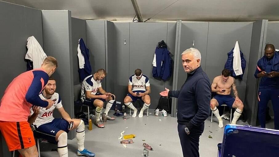 José Mourinho foi demitido pelo Tottenham após um ano e cinco meses no comando