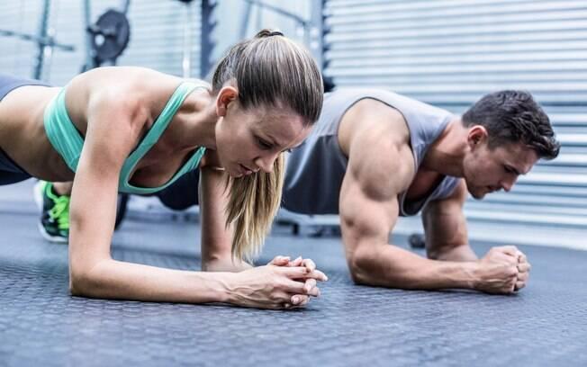 Prancha abdominal trabalha diversos músculos e ajuda a conquistar a barriga sarada, mas é preciso cuidado na execução